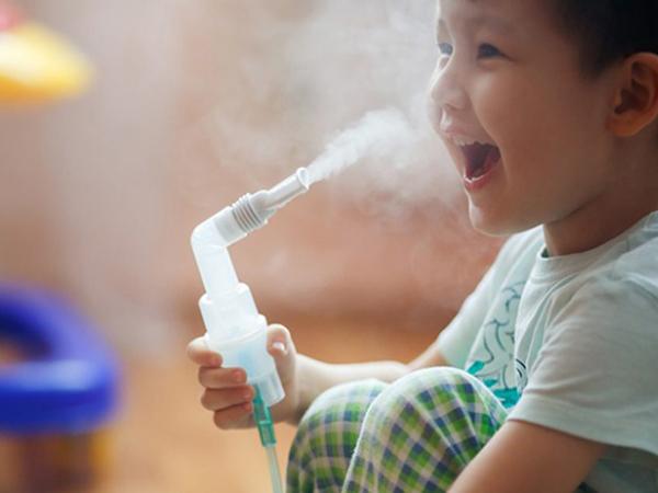 Nên dùng máy khí dung khi trẻ có tâm trạng thoải mái.
